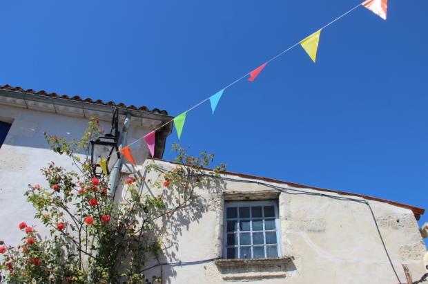 Mornac sur Seudre Roses Trémières Drapeaux Ciel Bleu