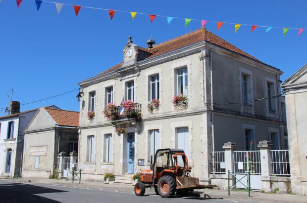 Mornac sur Seudre Roses Trémières Mairie Tracteur
