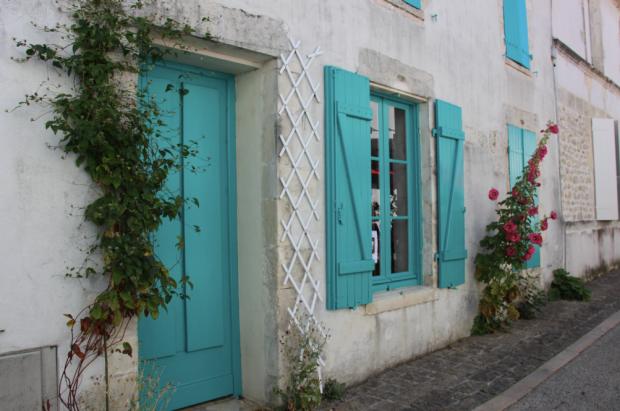 Mornac sur Seudre Roses Trémières Volets Turquoise